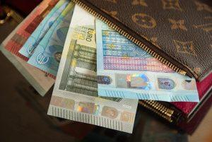 come risparmiare sul biglietto aereo - Euro in Banconote