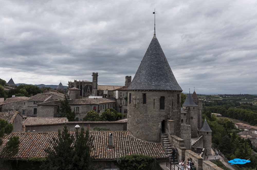 passeggiando per gli spalti della cittadella a carcassonne