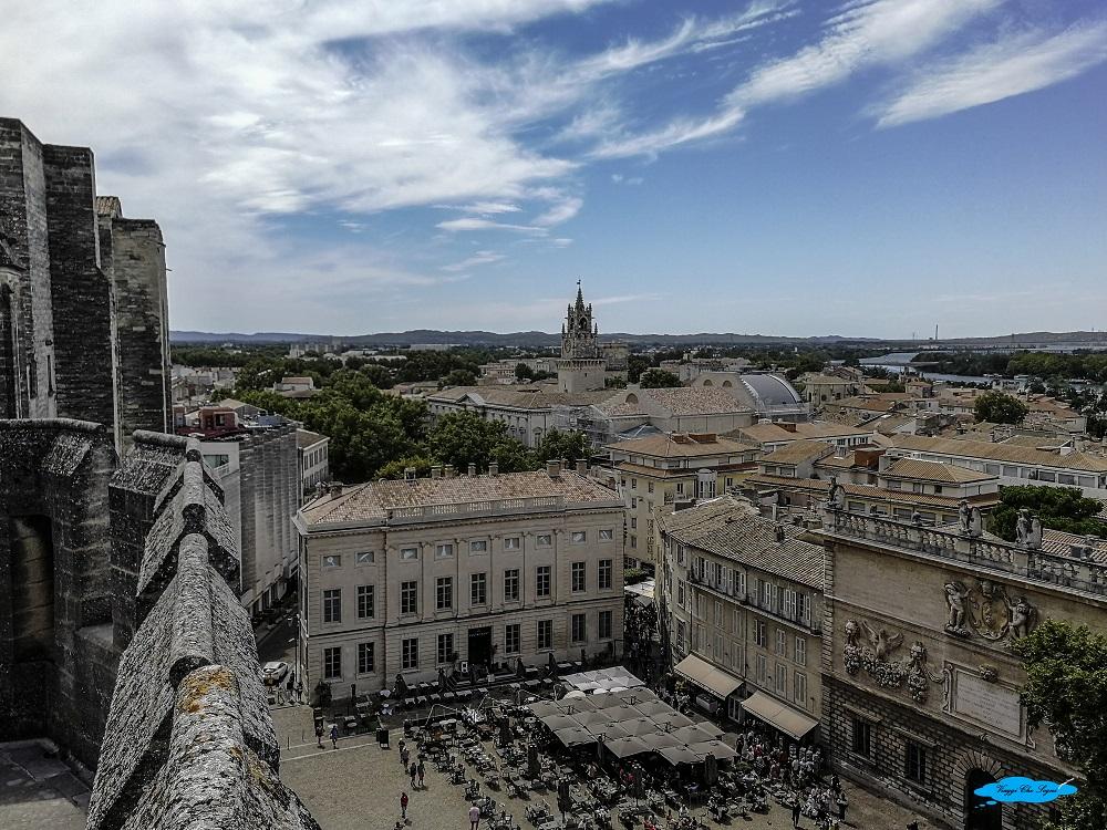 avignone: cosa vedere in due giorni la torre dell'orologio vista dal palazzo dei papi