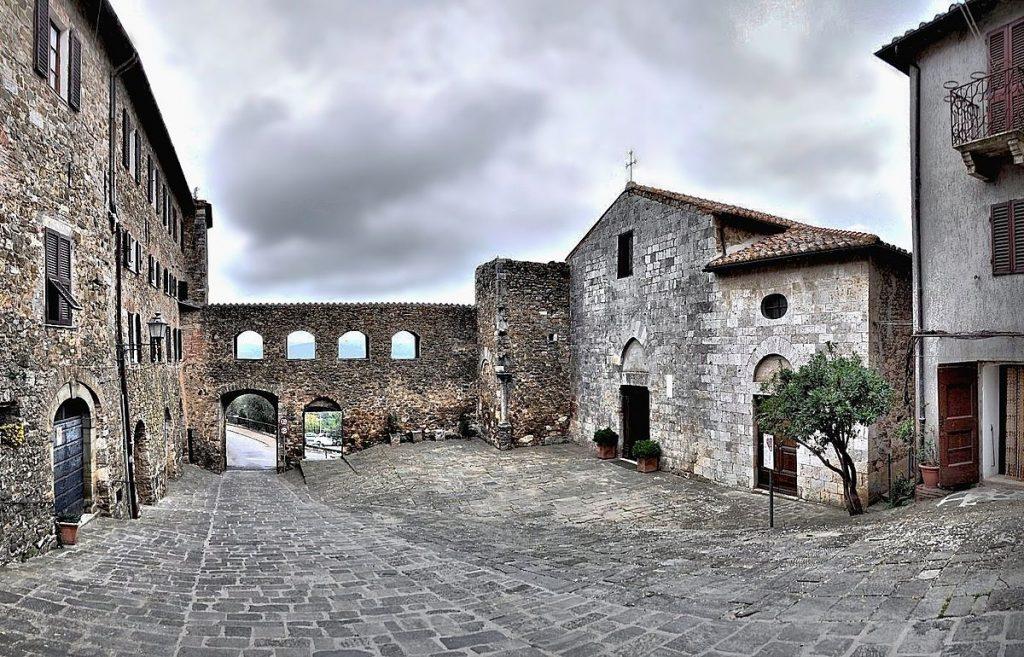 Montemerano: Piazza della Chiesa