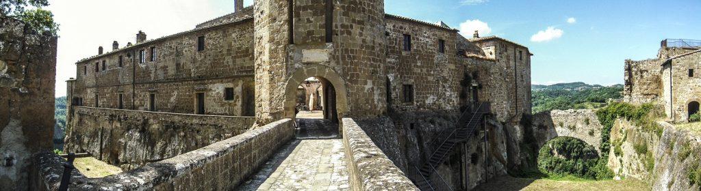 Sorano: l'entrata nel borgo