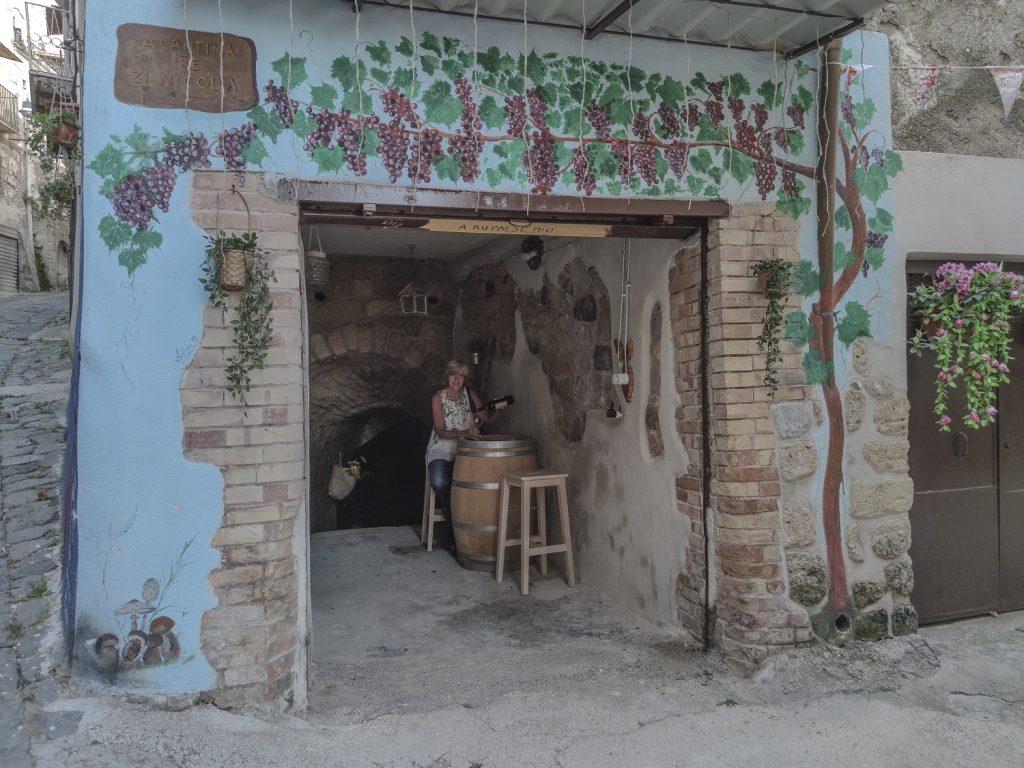 Murales di Valogno: angolo del vino
