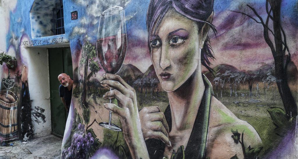 Murales di Valogno: il piacere del vino