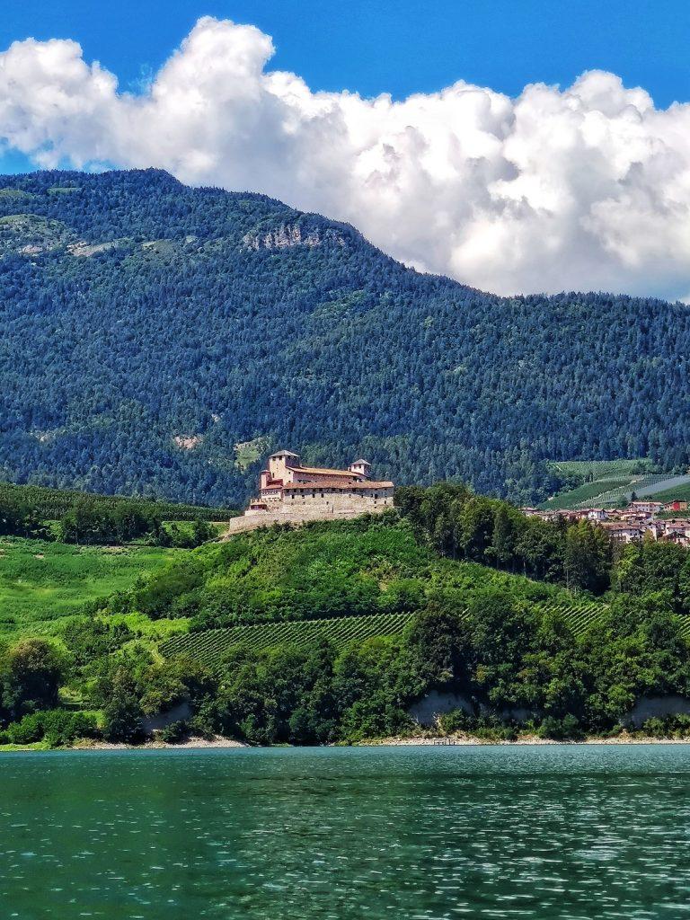 Castello di Cles sul percorso per i Canyon del lago di Santa Giustina