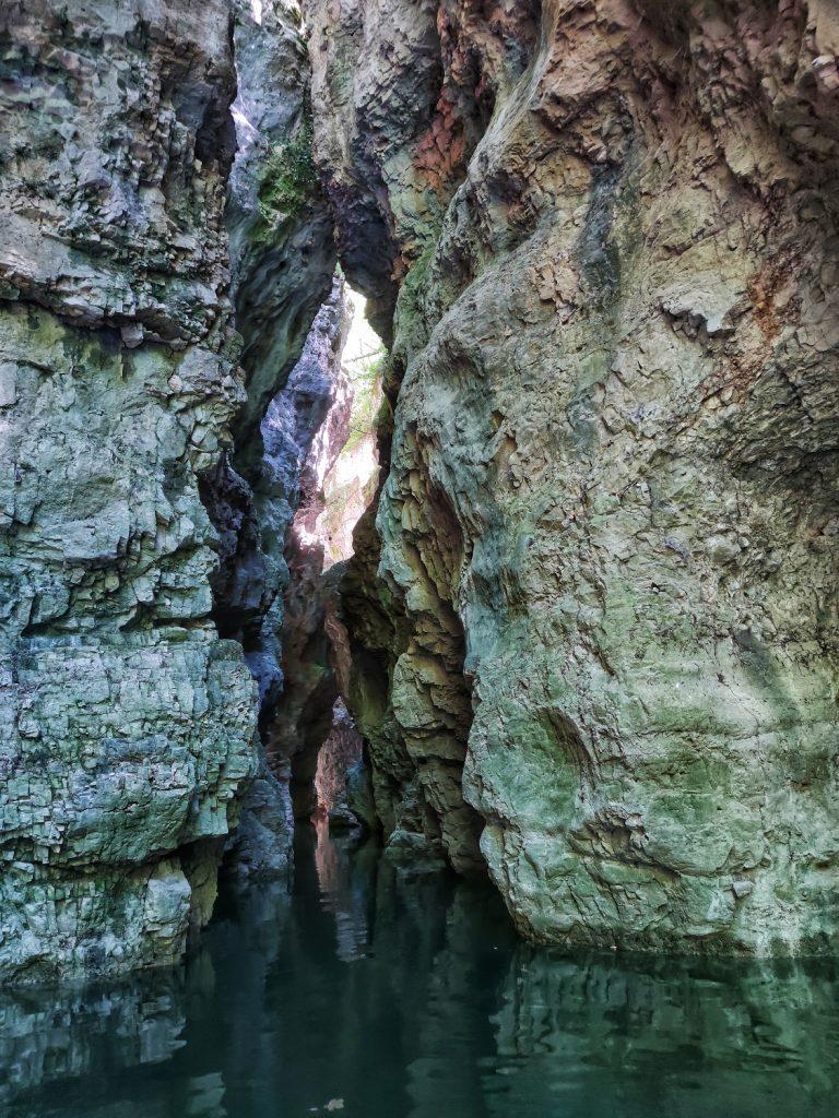 Parete rocciose strette del Canyon del lago di Santa Giustina