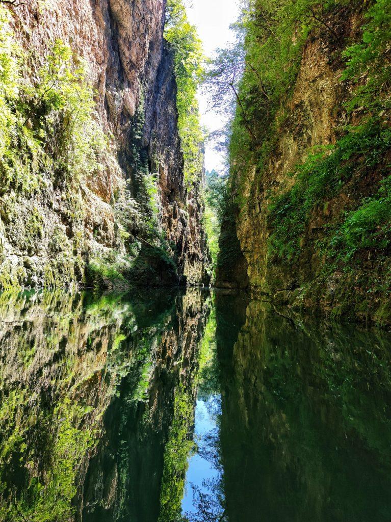 Riflessi e colori acqua del Canyon del lago di Santa Giustina