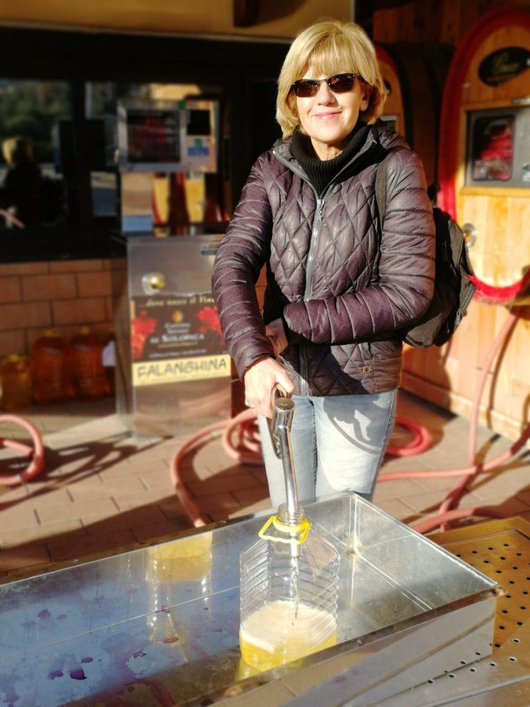 Rifornimento vino nella Cantina di Solopaca nei due giorni nel Beneventano