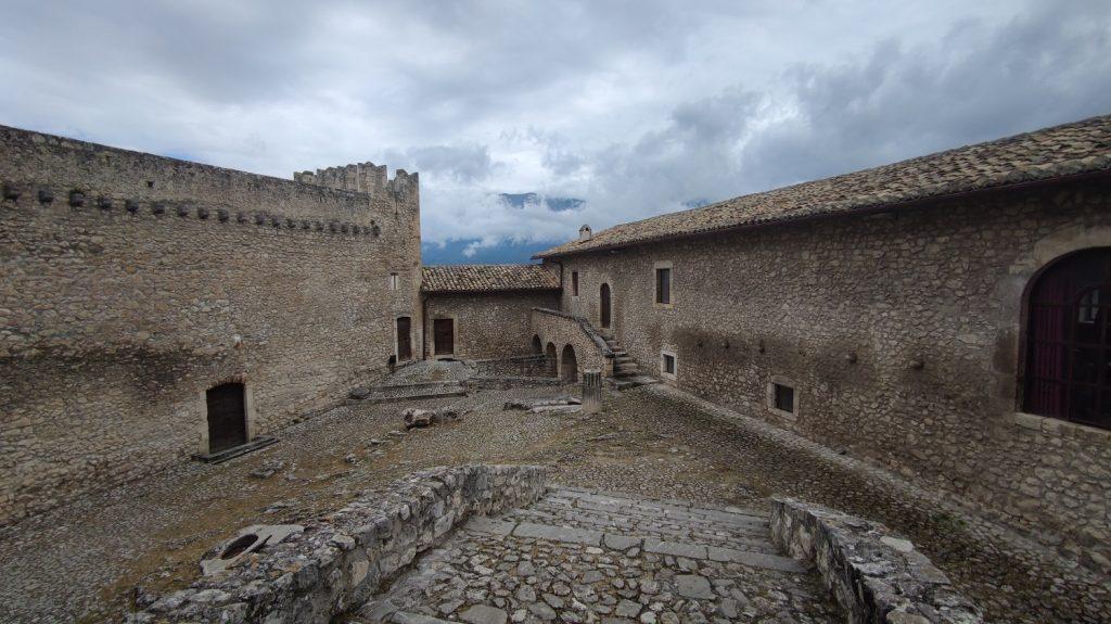 il piazzale interno del castello piccolomini